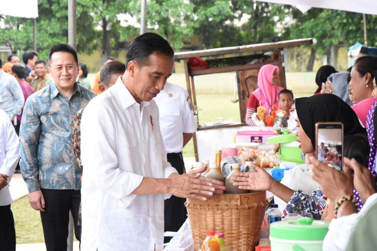 Presiden Joko Widodo (Jokowi) saat mengunjungi pameran UMKM jamu tradisional di Ciracas, Jakarta Timur. FILE/BPMI