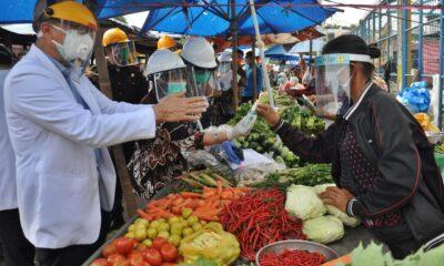 Kegiatan jual beli dan perdagangan di pasar tradisional tetap berjalan dengan SOP kesehatan dan protokol Covid-19. ANTARA