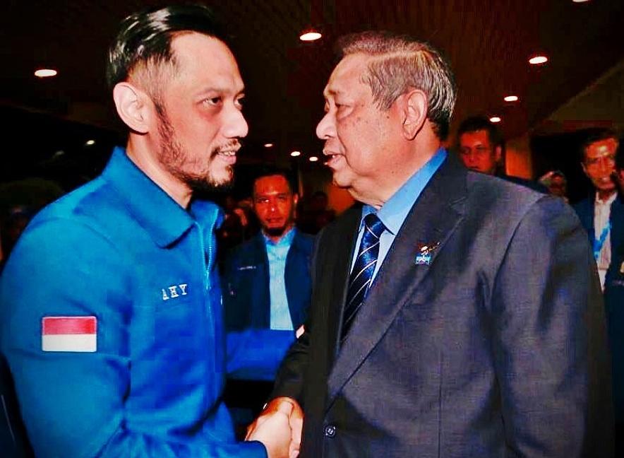 Mantan Presiden RI ke 6 Susilo Bambang Yudhoyono (SBY) yang juga adalah mantan Ketua Umum Partai Demokrat saat berjabat tangan dengan Ketua Umum Partai Demokrat Agus Harimurti Yudhoyono (AHY) dalam suatu acara Partai Demokrat. INSTAGRAM