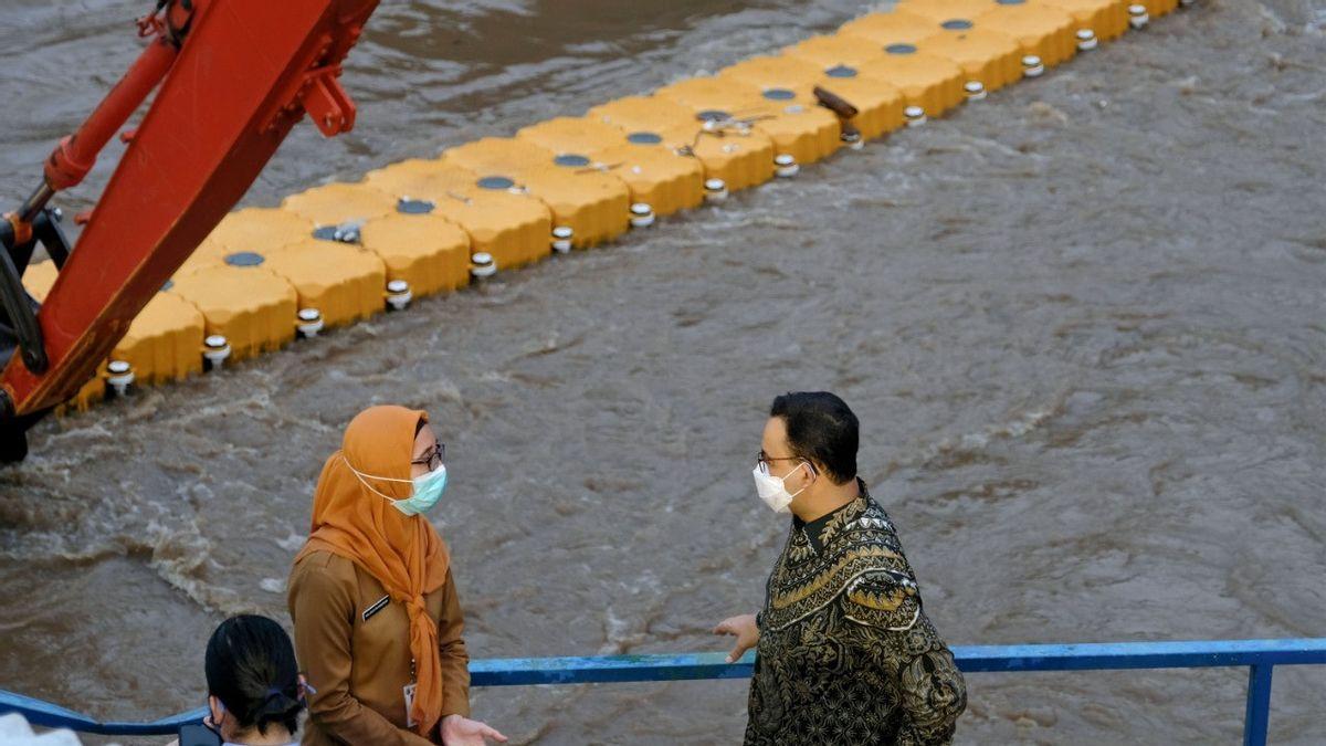 Gubernur DKI Jakarta Anies Baswedan meninjau pintu air Manggarai. FILE/ Humas Pemprov DKI