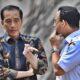 Presiden Jokowi (kiri) berbincang dengan Gubernur DKI Jakarta Anies Baswedan (kanan) saat meninjau fasilitas umum untuk masyarakat berkebutuhan khusus di Kompleks GBK, Senayan, Jakarta, Selasa (16/10/2018). (Foto: Antara/Wahyu Putro A)