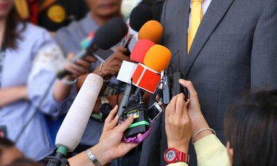 Jurnalis dalam suatu kesempatan wawancara secara door stop. SHUTTERSTOCK